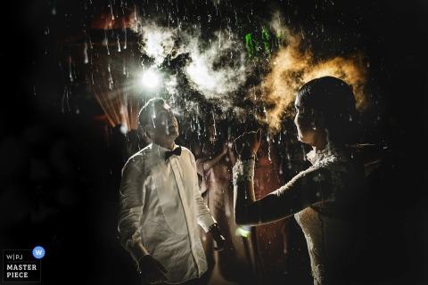 Fotografeerde het het huwelijksfotograaf van Madrid dit beeld van een bruid en een bruidegom die in dark met mist dansen en fonkelen lichten