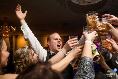 Chicago huwelijksfotograaf ving dit beeld van een grote uitbundige bruiloft toast