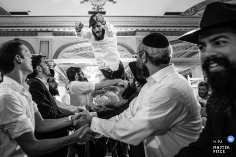 Hochzeitsfotograf aus Queens, New York, hat dieses Schwarzweißbild eines Innen-Hochzeitsempfangs aufgenommen