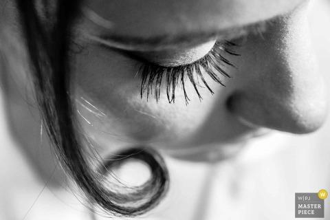 Fotograf ślubny w Limie uchwycił to czarno-białe zdjęcie patrząc na twarz panny młodej i długie rzęsy