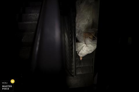 El fotógrafo de bodas de Nueva Jersey capturó esta imagen desde arriba de una novia caminando por una escalera