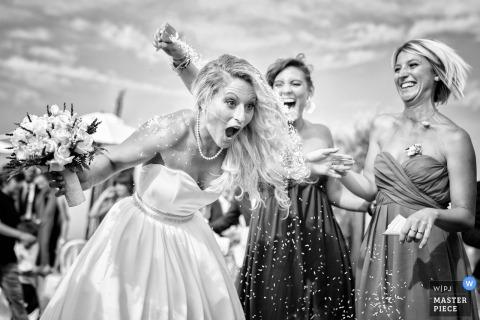 Esta fotografía en blanco y negro de una novia sorprendida haciendo que le echaran arroz en la espalda fue capturada por un fotógrafo de bodas de la Toscana.