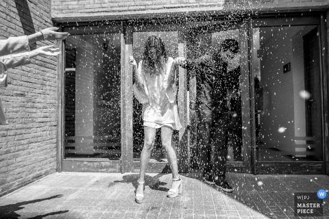 El fotógrafo de bodas de Argentina capturó esta foto en blanco y negro de una novia y un novio que se duchaban con confeti al aire libre