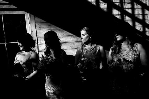 Las damas de honor tratan de encontrar algo de sombra en una boda en Nueva Orleans. Foto de J. La Plante.