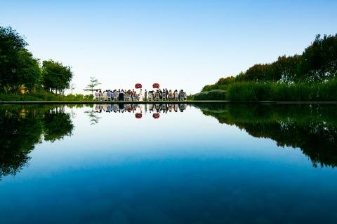 Foto de la ceremonia de boda en Tailandia desde la distancia con grandes reflexiones sobre el agua por Aht Yomyai