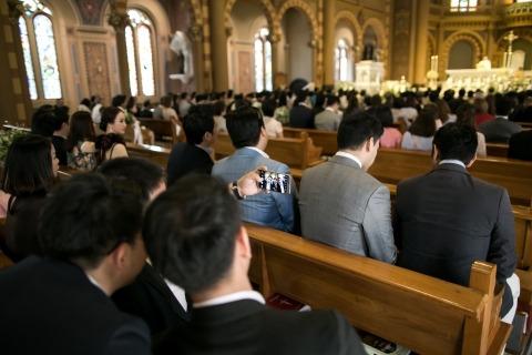 Fotógrafo del reportaje de bodas en Londres, Chaiyasith Junjuerdee hizo esta foto de la ceremonia de boda en la iglesia.