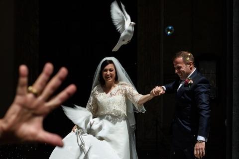 El fotógrafo de bodas Luca Panvini de Roma, Italia hizo esta foto de una paloma con burbujas y la novia y el novio después de la ceremonia.