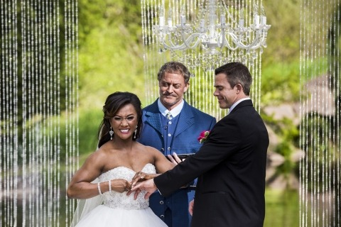 El fotógrafo de bodas Scott Schoeggl de WA capturó a esta novia que luchaba por ponerle el anillo al novio durante el intercambio de votos de su boda.