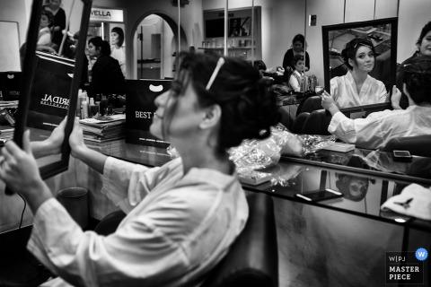 Ten czarno-biały obraz panny młodej sprawdzającej włosy w lustrze został uchwycony przez fotografa ślubnego w Limie