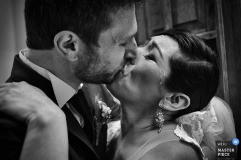 Der Hochzeitsfotograf aus Lima hat dieses emotionale Schwarzweißbild einer Braut und eines Bräutigams aufgenommen, die sich zum ersten Mal küssen