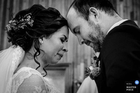 Fotograf ślubny w Limie uchwycił ten czarno-biały profil przedstawiający pannę młodą i pana młodego, dotykając ich czoła