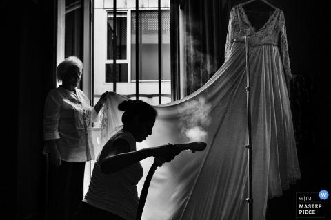 Der Hochzeitsfotograf aus Lima hat diese Schwarz-Weiß-Silhouette des Brautkleides festgehalten, das vor der Hochzeit gedämpft wurde