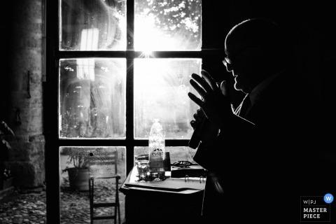 Dit zwart-witte profielsilhouet werd voor een glazen ruit vastgelegd door een huwelijksfotograaf uit Montpellier