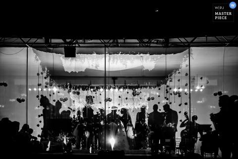 De trouwfotograaf van Madrid heeft de zwart-witte silhouetten van de bruidspartij van een afstand vastgelegd