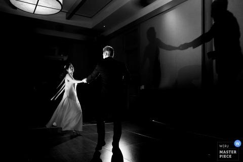 Fotograf ślubny Lake Tahoe uchwycił ten czarno-biały obraz tańczącej pary młodej i ich cieni