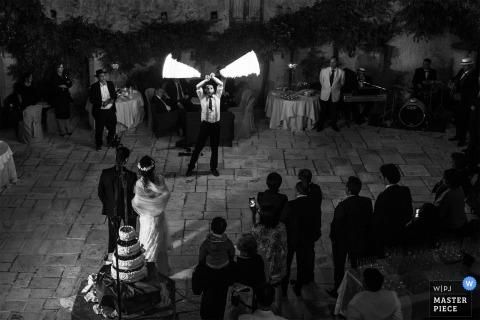 Consenza-trouwfotograaf heeft deze zwart-witfoto gemaakt van een artiest op de receptie-dansvloer