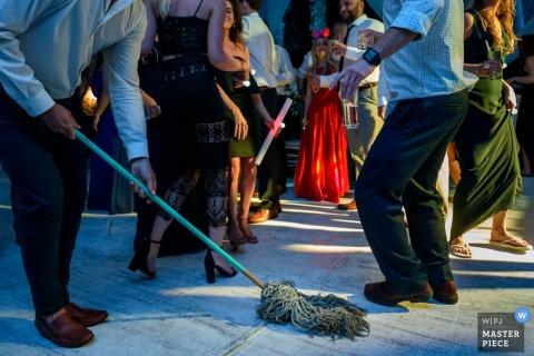 Le photographe de mariage de San Diego a créé cette image d'un déversement épongé sur la piste de danse pendant que des invités dansent à proximité
