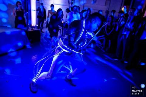 Chicago huwelijksfotograaf ving dit beeld van een violist op de dansvloer bij een binnenhuwelijksontvangst