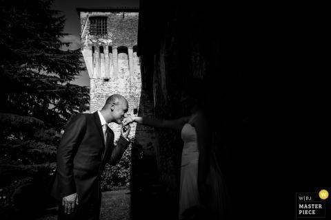 新娘親吻新娘手的這張黑白照片被特爾尼婚禮攝影師捕獲