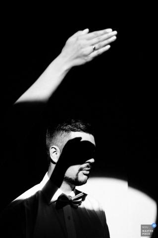 El fotógrafo de bodas de Praga usa la mano de las novias para proyectar una sombra en los ojos de los novios en este retrato creativo de novios