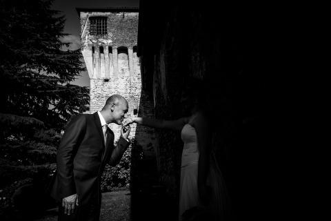 La mariée cachée dans les shados en noir et blanc rend ce portrait du marié très intéressant. La photographe de mariage Andrea Mortini de Terni, en Italie, obtient le crédit créatif pour cette image étonnante.