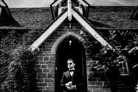 Le photographe de mariage de Kent, Matt Tyler, réalise des portraits audacieux et marqués du marié lors de ses mariages au Royaume-Uni.