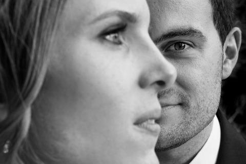 Un portrait très joli et serré du marié avec un profil latéral de la mariée par la photographe de mariage d'Espagne Monika Zaldo de Guipuzcoa