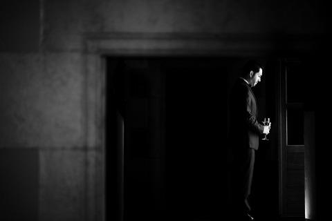 La photographe de mariage de Barcelone, Marga Serrano Martí, prend le temps de faire quelques portraits en noir et blanc du marié lors de mariages en Espagne.