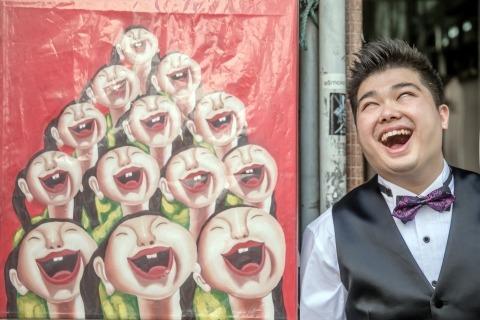 Un très drôle portrait du marié par le photographe de mariage asiatique Siu Ming de Hong Kong