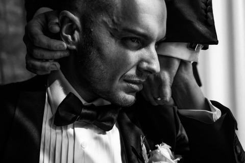 Michal Warda, de Berkshire, au Royaume-Uni, vient ici étroitement pendant cette séance de portrait de mariage en noir et blanc.
