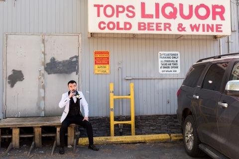 La photographe de mariage et portrait de l'Alberta, Dorota Karpowicz, a capturé ce marié en train de boire un verre devant un magasin d'alcool au Canada.