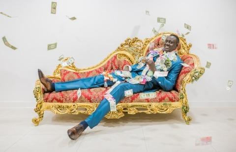 Zuid Holland, Pays-Bas Le photographe de mariage Gerhard Nel fait des portraits décontractés du marié, comme celui-ci sur le canapé avec de l'argent.