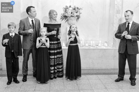 Questa foto in bianco e nero di una coppia e dei loro figli durante il ricevimento è stata catturata da un fotografo di matrimoni di Atlanta