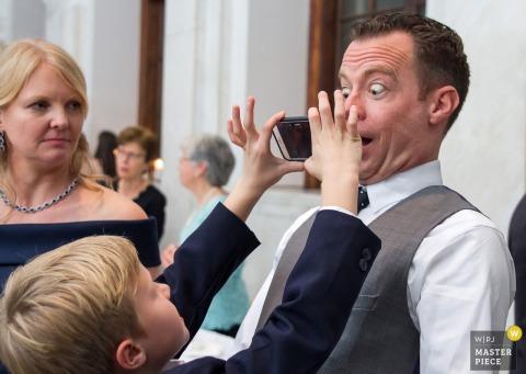 Il fotografo di matrimoni di Atlanta ha catturato questa immagine di uno sposo che posa per una stupida foto