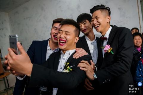重慶婚禮攝影師拍下了這張傻傻的照片,新郎在穿著新娘口紅的同時和朋友一起拍照