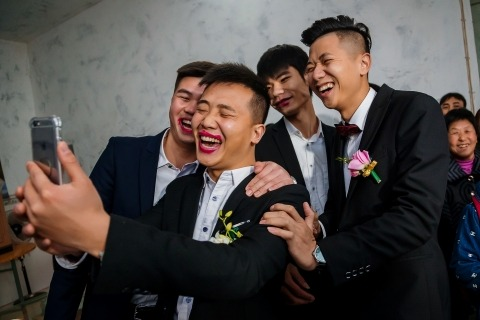China Wedding Photographer Ray Poon loves the gate crashing games at weddings in Chongqing