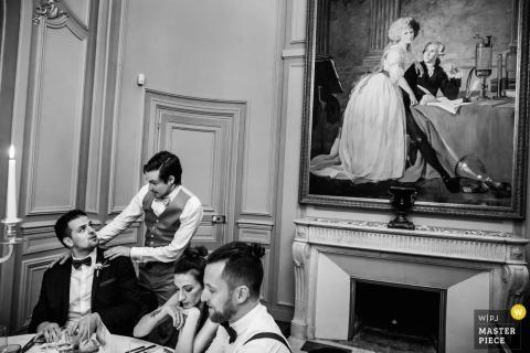 De huwelijksfotograaf van Montpellier heeft deze foto gemaakt van een bruidegom die wordt gerustgesteld door zijn beste man