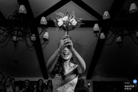 聖地亞哥婚禮攝影師拍攝了這張新娘臉上的黑白照片,因為她正等待著扔掉她的花束
