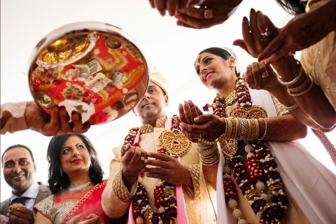 Wedding Photographer Pedro Cabrera of Madrid, Spain has experience with traditional Indian wedding ceremonies.