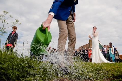 Die Niederländische Hochzeitsfotografin Jacqueline Dersjant hat dieses dokumentarische Foto der Braut und des Bräutigams aufgenommen, die an ihrem Hochzeitstag einen Baum gepflanzt haben.