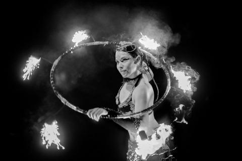 Hochzeit Fotojournalismus von Laura Segall von Arizona zeigt diese Rezeption mit Feuer tanzen.