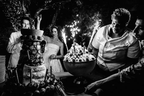 Der französische Hochzeitsfotograf William Lambelet nahm diese Braut und ihren Bräutigam mit ihrer Hochzeitstorte und ihrem Feuerwerk gefangen.