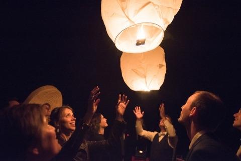 Die Hochzeitsfotografin Valerie Teppe aus Frankreich machte diese Nacht ein Bild von Hochzeitsgästen, die Laternen anzündeten.