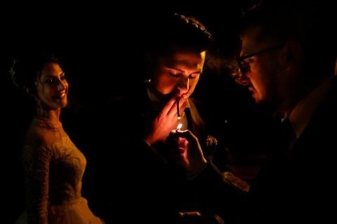 Reggio Calabria Hochzeitsfotograf Danilo Coluccio nahm dieses niedrige Beleuchtungsbild bei einem Hochzeitsempfang in Italien gefangen