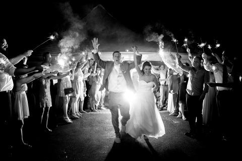 Hochzeitsfotograf Kevin Sawyer aus Lake Tahoe und Reno fotografierte diese Braut und Bräutigam mit Wunderkerzen