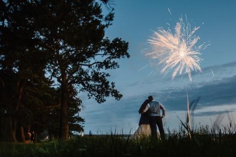 Hochzeitsfotos von Feuerwerken mit der Braut und dem Bräutigam durch Artem Pitkevich von Russland