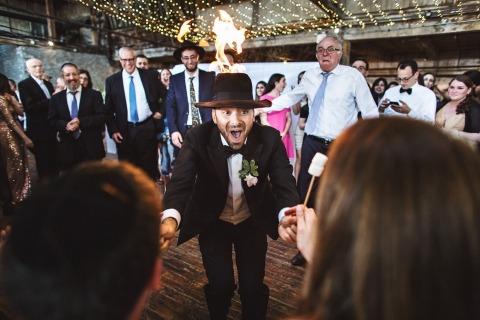Inbal Sivan ist ein Hochzeitsfotograf in Austin TX sowie NYC. Er fotografierte diesen Magier, der mit Kindern arbeitet und auf einer Hochzeitsfeier feuert.
