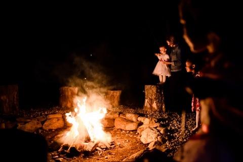 Jacob Hannah von Vermont ist eine Hochzeitsfotojournalistin, die in der Lage ist, Hochzeitsempfänge im Freien mit Feuerstellen zu dokumentieren.