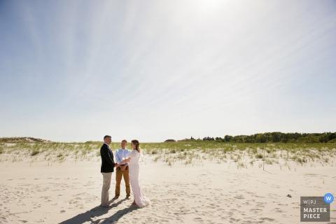 Il fotografo di matrimoni di Boston ha catturato questa intima cerimonia sulla spiaggia sotto un cielo senza nuvole