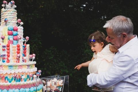 Francia Documental Fotografía de boda de un niño pequeño y un pastel de boda en la recepción
